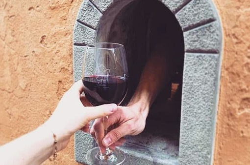 """Nhờ COVID 19, truyền thống uống rượu vang gần 400 năm tuổi của Italy được """"hồi sinh"""""""