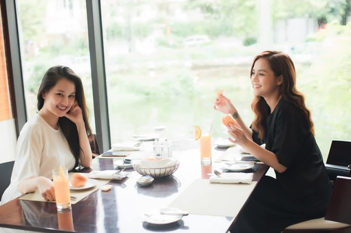 """Thu Quỳnh dùng """"chiêu trò"""" để diện thiết kế mới của BTV Huyền Châu"""