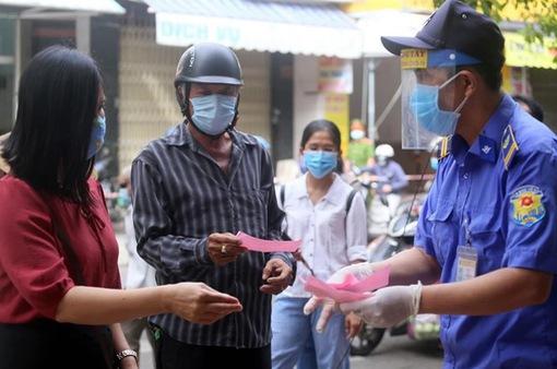 Người dân Đà Nẵng bắt đầu đi chợ bằng thẻ chẵn - lẻ để ngừa COVID-19