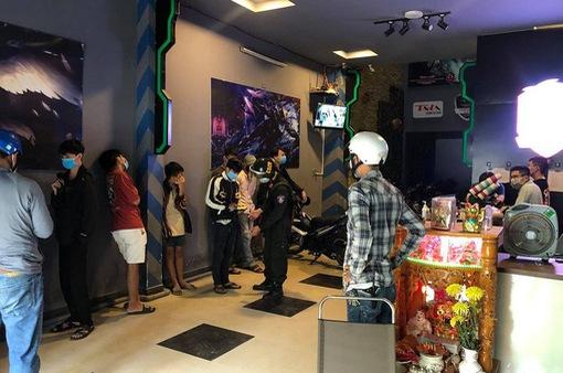 """Nhiều thanh thiếu niên """"cày"""" game chui bất chấp lệnh giãn cách xã hội"""