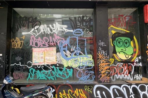 Đóng cửa phòng dịch COVID-19, hàng loạt cửa hàng trên phố bị vẽ bẩn