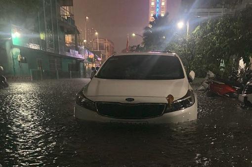 Đường phố TP.HCM ngập nặng, biến thành sông sau cơn mưa lớn tối 6/8