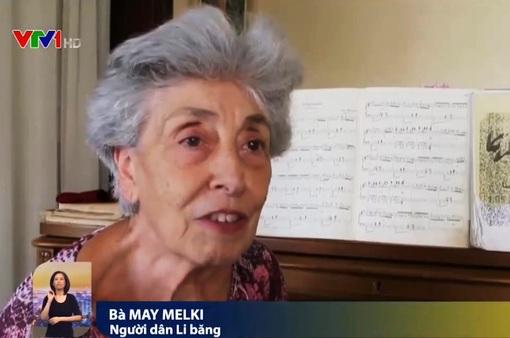 Cụ bà chơi piano giữa cảnh đổ nát ở Beirut