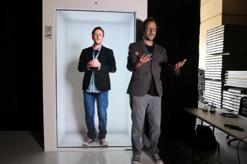 Sáng chế thời COVID-19: Họp nhóm bằng máy chiếu 3D ngay tại nhà