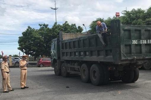 Cưỡng chế cắt hạ thùng xe tại chỗ với xe tải vi phạm