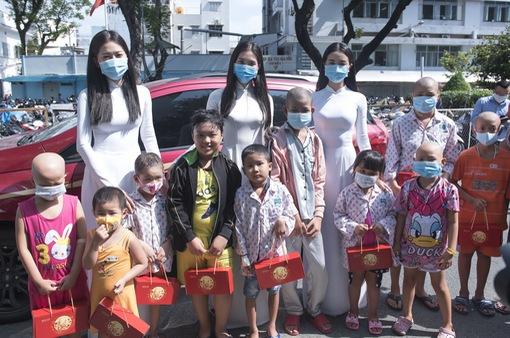 Dàn Hoa hậu, Á hậu tặng quà Trung thu cho các bệnh nhi
