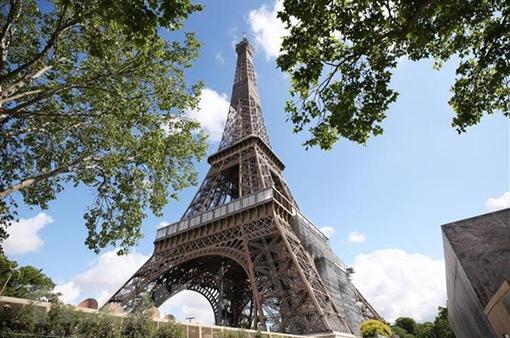 Sơ tán hàng trăm người khỏi khu vực tháp Eiffel vì đe dọa có bom