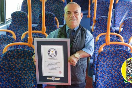 """Gặp gỡ tài xế xe bus """"tí hon"""" nhất thế giới"""