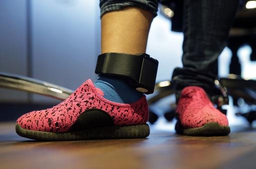 Pháp yêu cầu người phạm tội bạo hành gia đình đeo vòng chân theo dõi