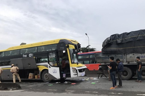 Tông vào đuôi xe tải, tài xế xe khách giường nằm tử vong trên ghế lái