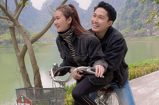 Đình Tú tình cảm ôm chặt bạn gái Hương Giang