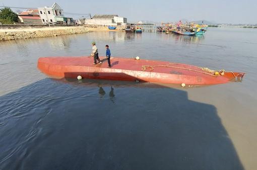 Chìm tàu chở dầu tại cảng cá Quỳnh Phương, Nghệ An
