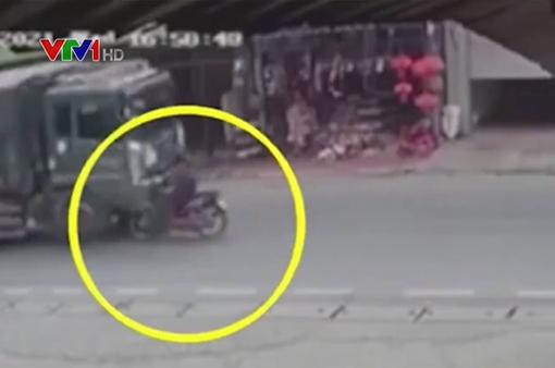 Sang đường bất cẩn, nữ sinh bị xe ben cán tử vong