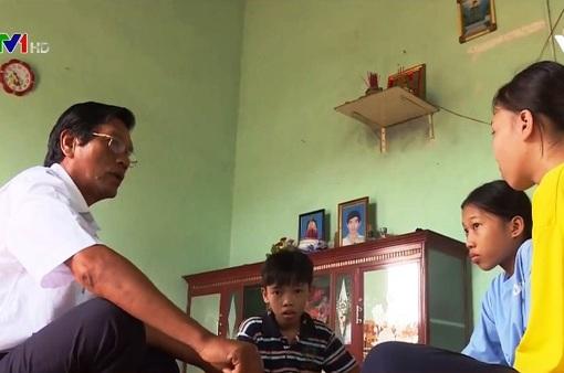 Cảm phục tấm lòng nhân hậu của thầy giáo cưu mang 3 chị em mồ côi