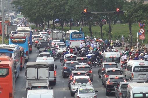 Dễ ùn tắc giao thông giờ cao điểm tại TP Hồ Chí Minh dịp cận Tết