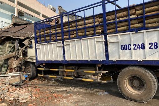 Xe tải húc bay hàng loạt phương tiện, tông sập nhà dân