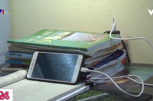 Nguy cơ cháy nổ, giật điện khi trẻ vừa học online vừa sạc điện thoại