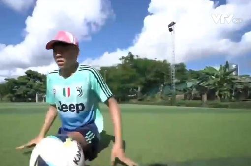 Chàng trai không chân chơi đá bóng bằng nghị lực