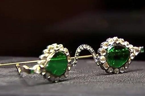 Đấu giá hai cặp kính đá quý trị giá 3,5 triệu USD mỗi cặp