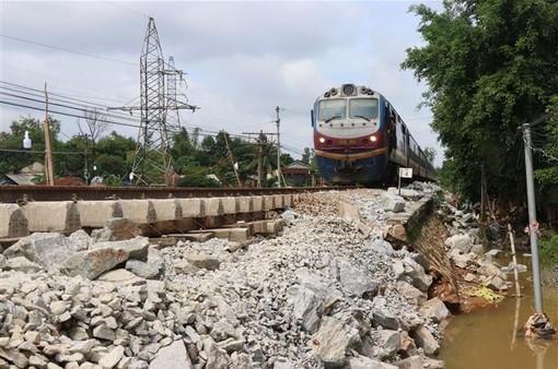 Các tỉnh miền Trung giải cứu người gặp nạn, khắc phục tuyến đường bị sạt lở do mưa lũ