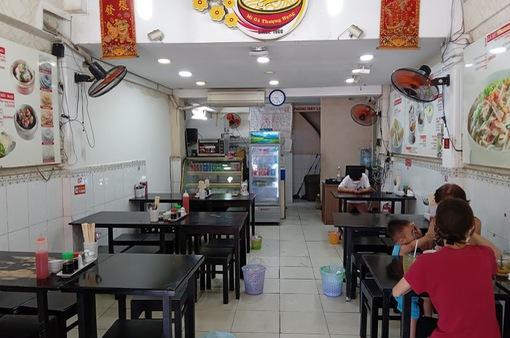 Hàng quán tại TP Hồ Chí Minh vắng khách trong ngày đầu mở bán tại chỗ