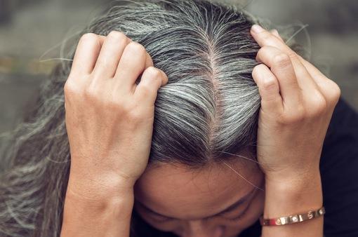"""4 cách """"ngụy trang"""" tóc bạc không cần thuốc nhuộm"""