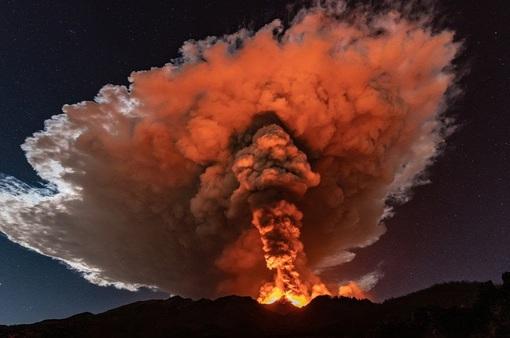 Cận cảnh núi lửa Etna phun trào, bừng sáng trời đêm Sicily (Italy)