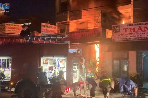 Cháy cửa hàng phụ tùng ô tô cơ giới, 2 người thoát nạn