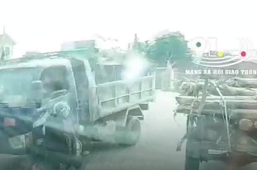 Xe máy lấn làn, vượt ẩu đâm vào bánh trước xe tải