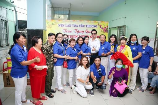 Danh ca Ngọc Sơn tự lái xe đến tặng quà Tết cho trẻ em mồ côi dịp Tết