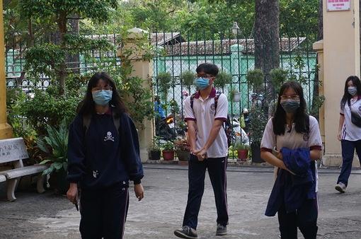Học sinh, sinh viên TP Hồ Chí Minh đeo khẩu trang khi đến trường