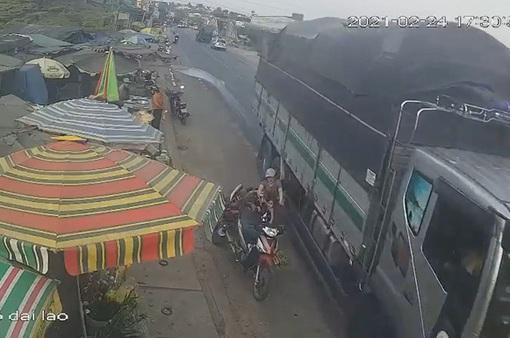 Xử phạt lái xe tải vượt ẩu hất văng xe máy tại Lâm Đồng