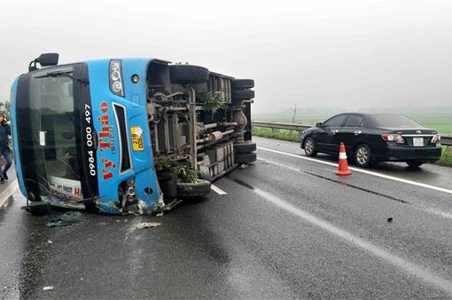 Xe khách lật trên cao tốc Nội Bài - Lào Cai, 7 người thoát chết