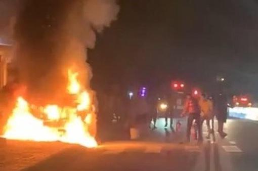 Tai nạn khiến 1 người chết, xe bán tải bốc cháy