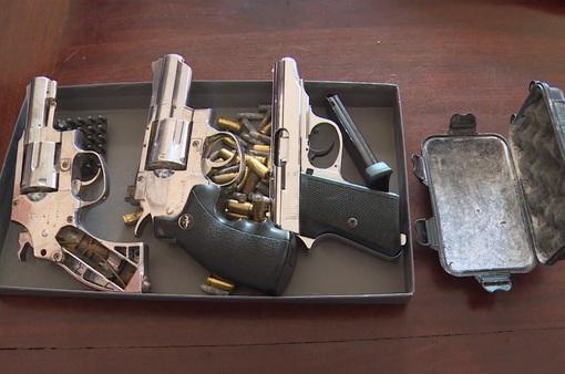 """Bắt đối tượng tàng trữ nhiều súng, dao tự chế """"mua trên mạng xã hội"""""""