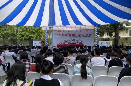 Hàng nghìn sĩ tử lớp 12 tham dự ngày hội tuyển sinh