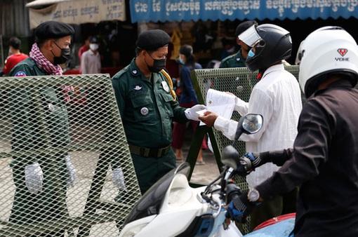 Campuchia truy tìm 9 người nhiễm COVID-19