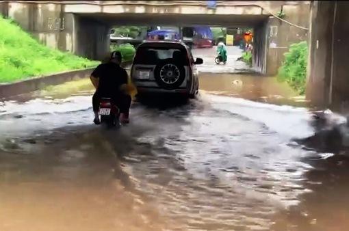 Đường gom đại lộ Thăng Long ngập sâu sau cơn mưa lớn