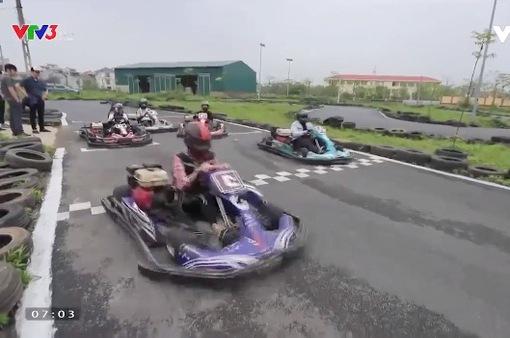 """Đua xe """"F1 thu nhỏ"""" ở Hà Nội cho dân mê tốc độ"""