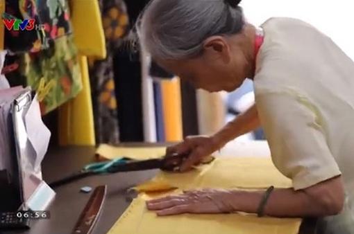 Cụ bà 81 tuổi vẫn may áo dài thoăn thoắt