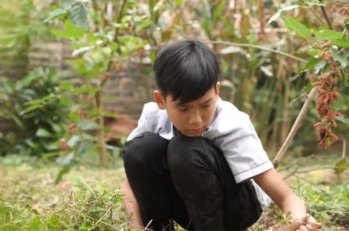 Cặp lá yêu thương: Cậu bé chân đất