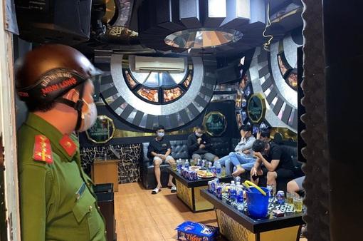 Nhiều quán massage, karaoke, café vẫn hoạt động như không có dịch COVID-19
