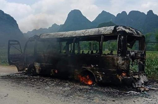 Xe bus bốc cháy ngay sau khởi hành