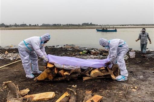 Ấn Độ mở cuộc điều tra vụ 100 thi thể trôi dạt vào bờ sông Hằng