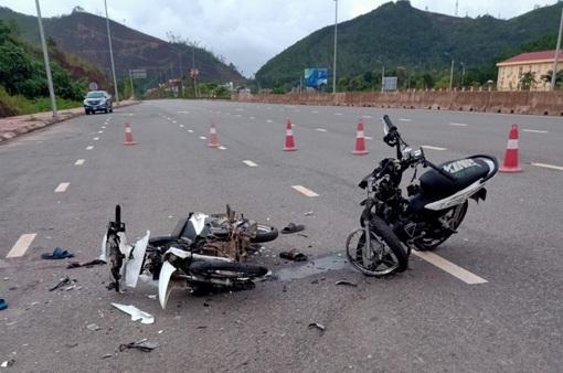 Kinh hoàng 2 xe máy đấu đầu cực mạnh, 2 người tử vong, 1 người nguy kịch