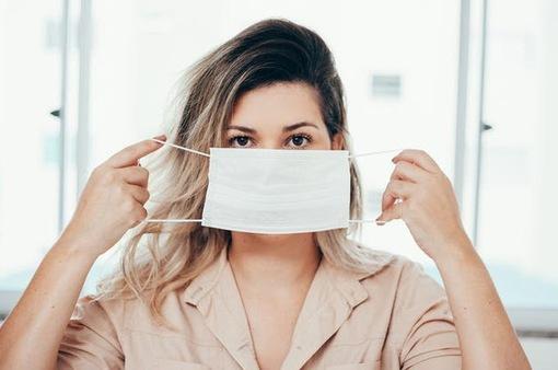 COVID-19: Tại sao nên đeo khẩu trang ngay cả khi ở nhà?