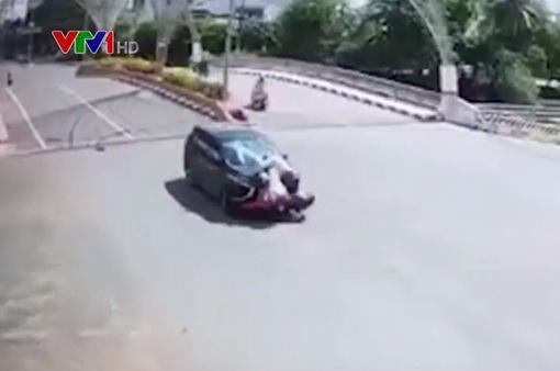 Thiếu quan sát khi qua nút giao, xe máy găm chặt vào đầu ô tô