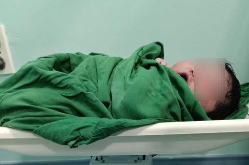 """Quảng Nam: Bé sơ sinh có cân nặng """"khủng"""" gần 6kg"""