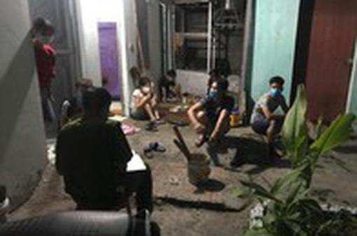 Tụ tập uống bia xem đá bóng, 7 người bị công an đề xuất phạt nặng