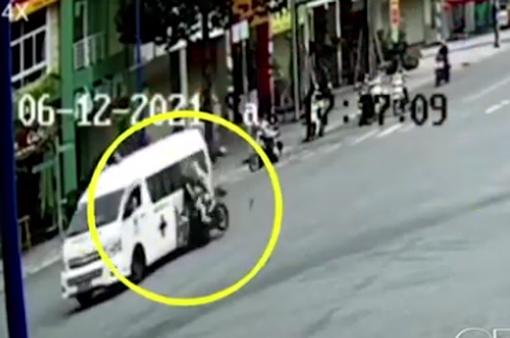 Xe máy vỡ nát sau cú đâm vào xe cứu thương